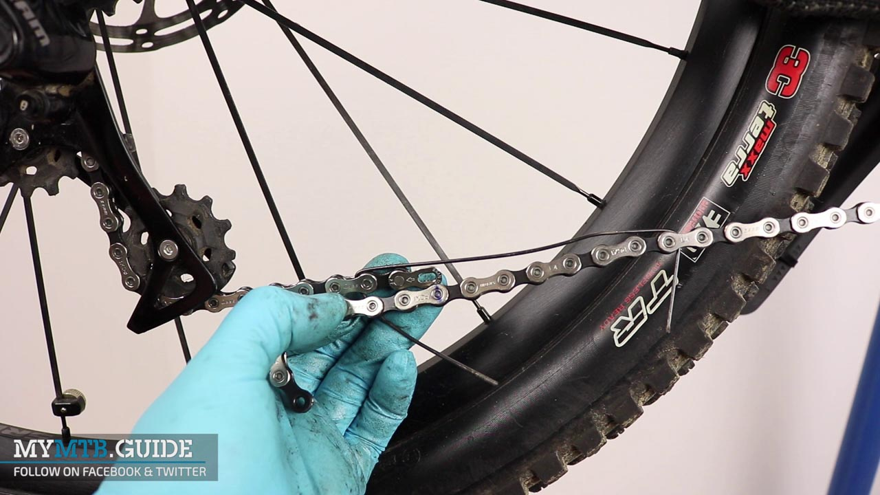 The chain is temporarely installed to check the previously determined length for full-suspension bikes.